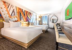 Deluxe Room, 2 Queens, High Roller View
