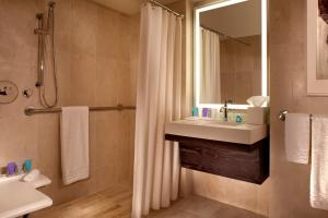 Luxury Corner Suite with 1 King bed - mobility access roll in shower