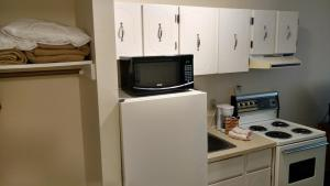 Dog-Friendly Two Queen Kitchenette – Ground Level Only