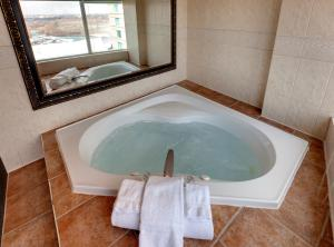 Falls View Tower Whirlpool Suite