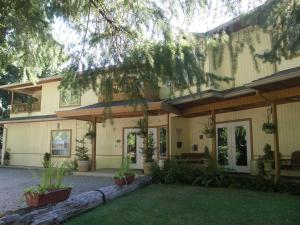 Photo of Cedar Wood Lodge Bed & Breakfast Inn