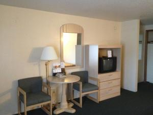 Queen Room with Two Queen Beds with Parking and Airport Transfer - 1 week