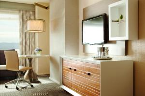 Queen Room with Two Queen Beds City View - Disability Access