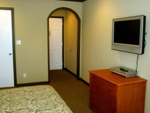 Deluxe Inn Redwood City - Redwood City, CA 94063 - Photo Album
