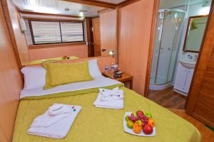 Cabin on Boat with 3 Single Beds