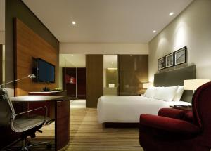 Club Kamer met Kingsize Bed en Smartphone