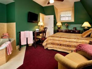Queen Deluxe Manor Room with Whirlpool - Breakfast and Dinner Included