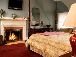 Queen Deluxe Manor Room with Fireplace - Breakfast and Dinner Included