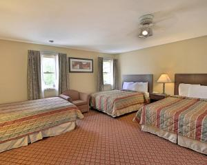 Suite with Two Queen Beds and One Double Bed