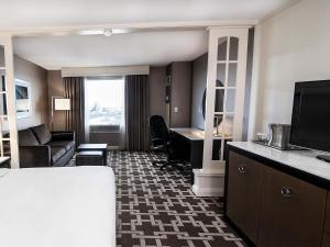 King Studio Suite with Sofa Bed and Whirlpool - Canadian Falls View