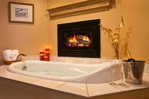 Queen Room with Jetted Tub and Fireplace