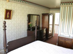 Queen Room with Inland View