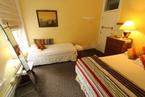 Deluxe Queen Room with Shared Bathroom