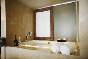 King Room with Tub Ocean Front- Disability Access