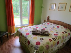 Queen Room with Shared Bathrom and Garden View