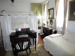 Queen Room with Single Bed and En suite Bathroom