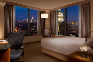 Corner King Room with City View