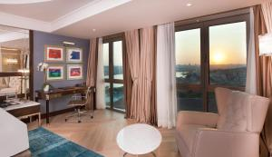 Junior Family Suite with Sea View - Business Lounge Access