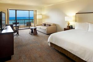 Alii Tower King Room with Partial Ocean View