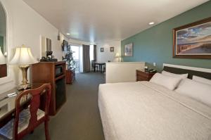 Deluxe King Room with Pier View