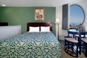 Deluxe King Room with 2 King Beds with Partial View