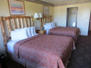 Queen Room with Two Queen Beds - Courtside
