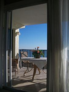 Three-Bedroom Apartment - Beach Front (8 Adults)