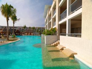 Family Concierge 1 Bedroom Suite Swim up