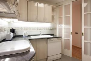 Two-Bedroom Apartment with Balcony - Calle Tamarit 83