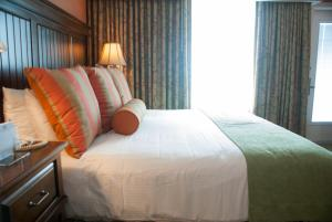 King or Queen Room with Partial Ocean View
