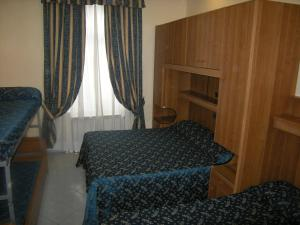 Bed in 5-Bed Mixed Dormitory Room with External Bathroom