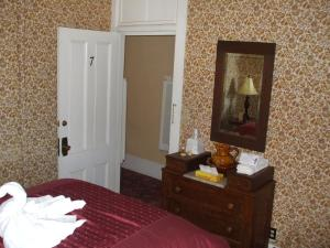 Deluxe Double Room with Private Hallway Bathroom