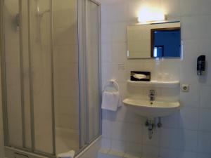 Single Room in Guest House with Shared Bathroom