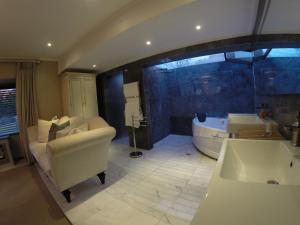 Honeymoon Suite with Spa Bath