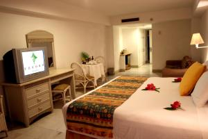 Deluxe King or Double Room with Partial Ocean View (2 Adults + 2 Children)