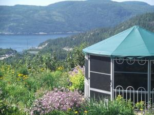 Tadoussac hotels hostels accommodation lonely planet for Auberge maison hovington