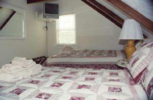 Queen Room with Double Bed and Shared Bathroom