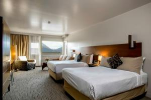 Deluxe Room with Two Double Beds and Mountain View