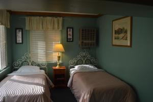 Two Single Bed and One Queen Bed Cottage (Quadruple Occupancy)