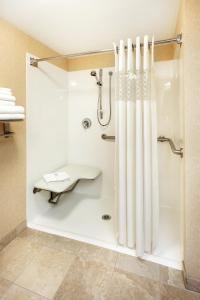 Queen Room Mobility/Hearing Accessible with Roll-In Shower - Non-Smoking