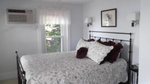 Queen Room with Shared Balcony and Lake View - Adults Only