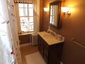 Queen Room with Private External Bathroom (Independence)