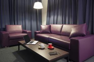 Juniorsuite med en king-size-seng og sofa
