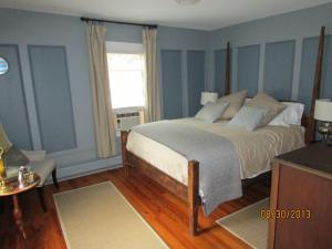 Queen Room with Handicap Accessible