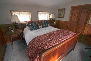 Deluxe One-Bedroom Queen Suite