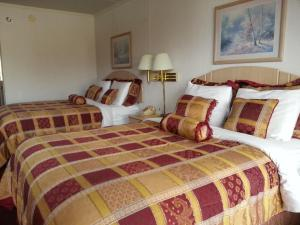 Queen Room with Two Queen Beds with Pool View