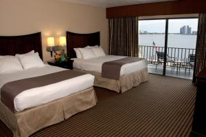Large Queen Room with Two Queen Beds with River View - Non smoking