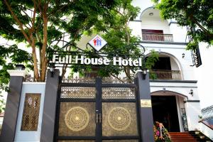 Photo of Full House Hotel