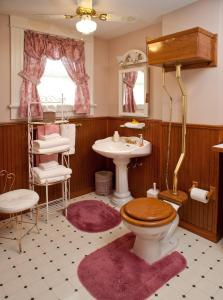 Library Queen Room Shared Bathroom