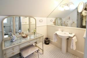 Queen Suite with Spa Bath - 5